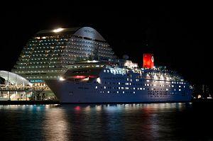 cruise ship 448444 1280 - ゴールデンウィークのおすすめ旅行は? 国内旅行、海外旅行、クルーズ?!